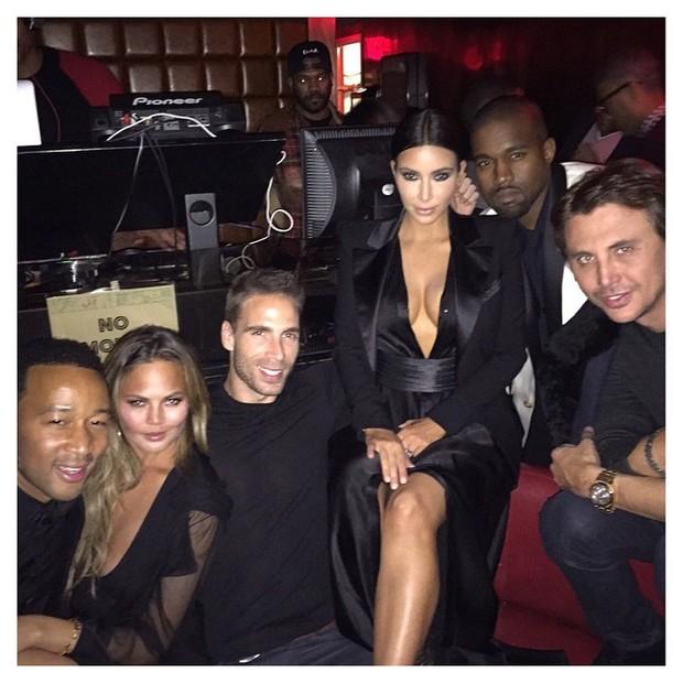 Kim Kardashian e Kanye West com amigos no aniversário de John Legend (Foto: Instagram/ Reprodução)