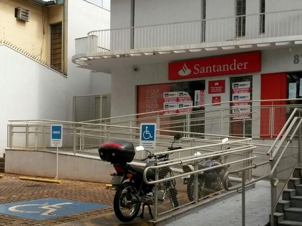 Agência do Santander foi orubada no fim de semana em Ribeirão Preto, SP (Foto: Adriano Oliveira/G1)