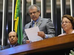 O senador João Vicente Claudino (PTB-PI), ao ler mensagem da presidente Dilma Rousseff na abertura do ano legislativo (Foto: Gustavo Lima/Ag.Câmara)