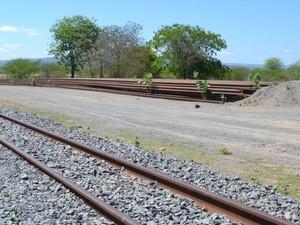 """No """"fim da linha"""" das obras da Transnordestina, ferros e dormentes estão estocados nas margens da linha férrea (Foto: André Teixeira/G1)"""