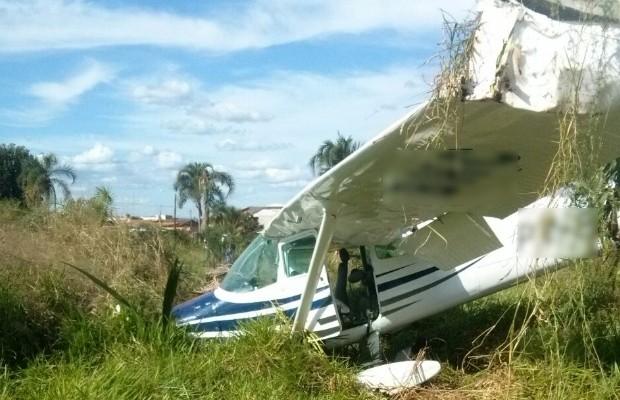 Avião monomotor faz pouso forçado em chácara de Goiânia, Goiás (Foto: Divulgação/PM)