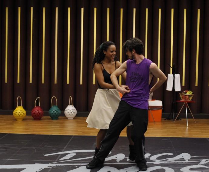 Eles se divertem enquanto ensaiam! (Foto: Artur Meninea/Gshow)