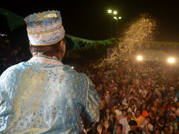 Pai de santo dando banho de cheiro na platéia na Missa dos Quilombos (Foto: Abinoan Santiago/G1)