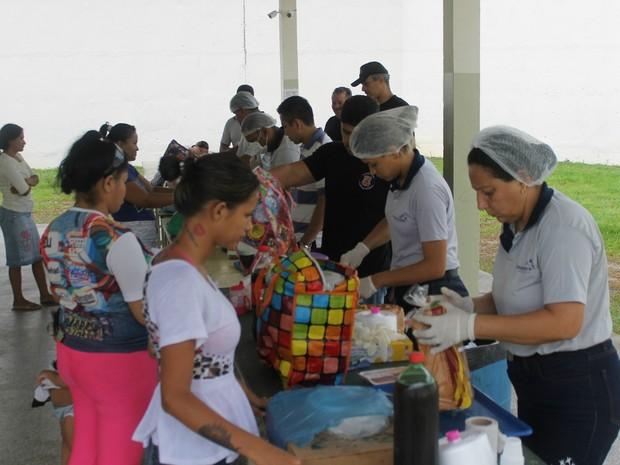 Alimentos levados aos presos foram revistados pela equipe da Seap (Foto: Lívia Anselmo/ Seap)