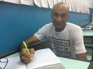 Sebastião Leopoldino não pôde estudar na infância porque precisou trabalhar para ajudar a sustentar a família (Foto: Paola Fajonni/G1)