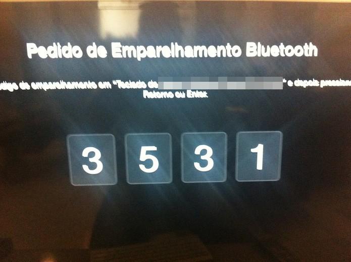 Digitando os números do emparelhamento no teclado Bluetooth (Foto: Marvin Costa/TechTudo)