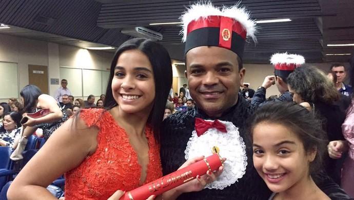 Roma, ex-atacante do Flamengo, aparece com as filhas na formatura de direito (Foto: GloboEsporte.com)