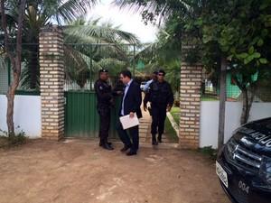 Promotores e policiais também fizeram buscas na casa do prefeito Antônio Peixoto (Foto: Fernanda Zauli/G1)