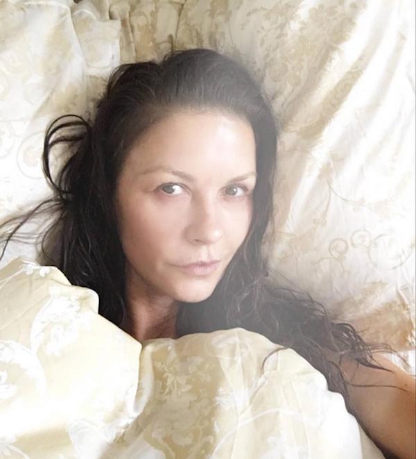 A selfie sem maquiagem de Catherine Zeta-Jones (Foto: Instagram)