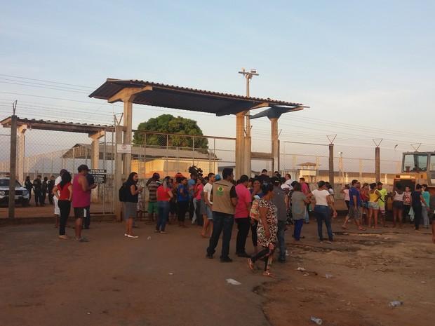 Familiares dos presos que estavam dentro da unidade sairam durante a confusão (Foto: Valéria Oliveira/G1)