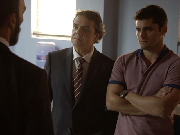Guto tenta esconder o nervosismo para o pai (Foto: TV Globo)