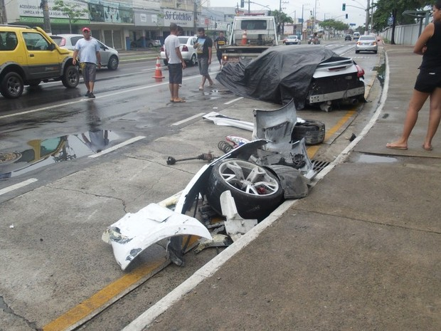 Motorista perde controle da direção e destrói conversível, em Vitória espírito santo (Foto: Leonardo Soares/ A Gazeta)