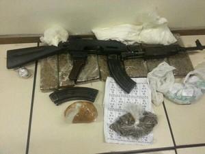 Fuzil e drogas são apreendidos durante operação no Parque União (Foto: Polícia Militar / Divulgação )