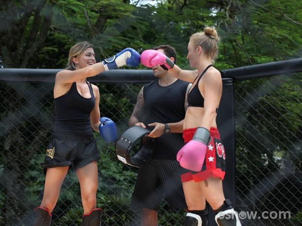 As duas brincam após o combate (Foto: TV Globo/Carol Caminha)
