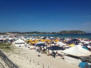 Praia do Forte, em Cabo Frio, ficou lotada nesta segunda-feira (3) de Carnaval.  (Foto: Heitor Moreira/G1)