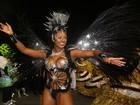 Rainha que viverá romance com Cauã na TV protege seios com adesivos