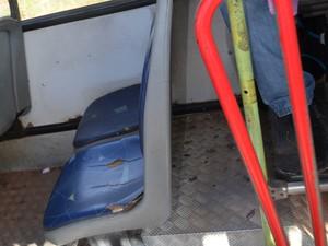 Cadeira quebrada em outra linha intermunicipal (Foto: Maiara Pires/G1)