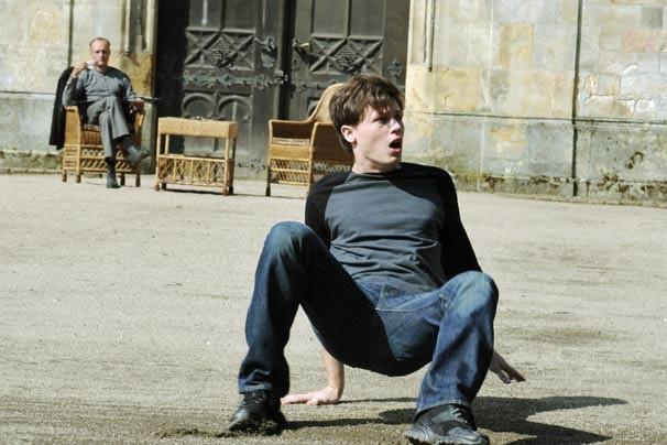 Michael acorda em um castelo (Foto: Reprodução/Disney Media Distribution)