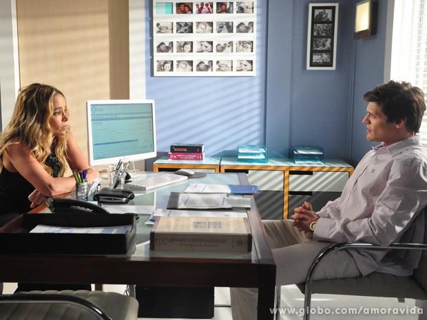 Laerte alerta Amarilys sobre a possibilidade de Fabrício ter sido concebido na inseminação (Foto: Jacson Vogel / TV Globo)