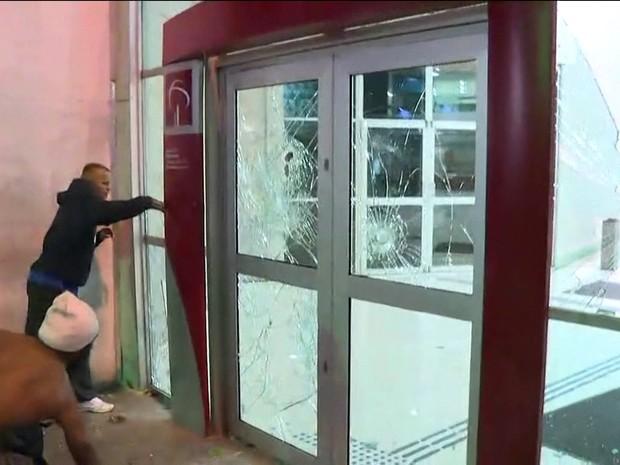 Manifestantes atacam agência bancária na região central de São Paulo (Foto: GloboNews/Reprodução)