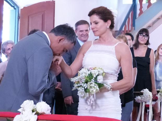 O noivo recebe a futura esposa com um beijo carinhoso (Foto: Marcele Bessa/Gshow)