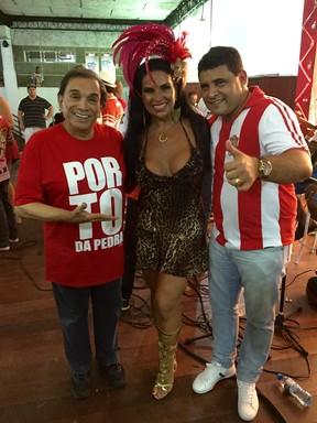 Dedé Santana e Solange Gomes com o presidente da Porto da Pedra, Fábio Montebelloem, em ensaio em São Gonçalo, Zona Metropolitana do Rio (Foto: Divulgação)