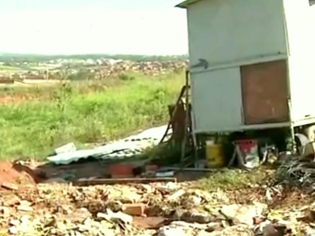 Terrenos acumulam entulhos em Limeira (Foto: Reprodução/EPTV)