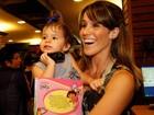 Fernanda Pontes leva a filha a lançamento de livro no Rio
