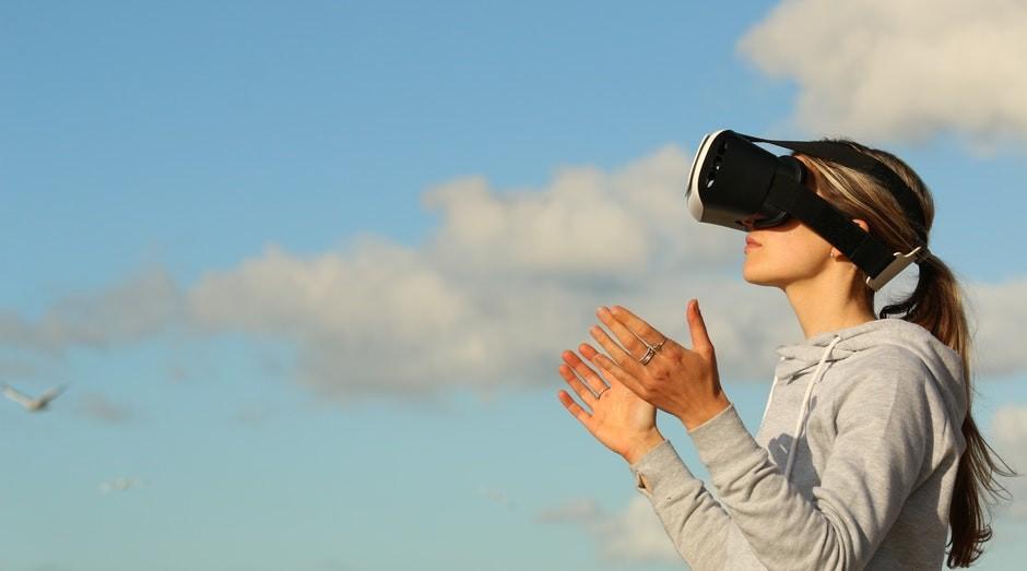 Facebook quer baratear os custos dos dispositivos de realidade virtual (Foto: Pexels)