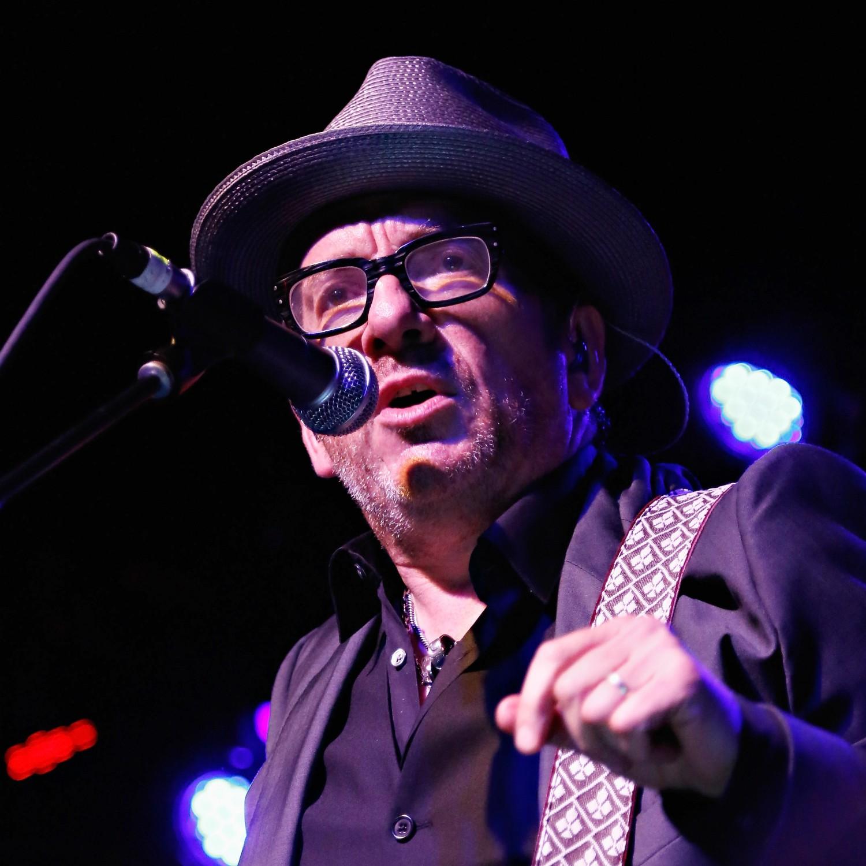 O cantor e compositor londrino Declan Patrick Aloysius MacManus adotou o nome de Elvis Costello. (Foto: Getty Images)