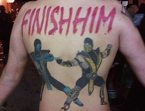 Sub-Zero e Scorpion de 'Mortal Kombat' 'lutam' nas costas de jogador (Foto: Reprodução/Happy Place)