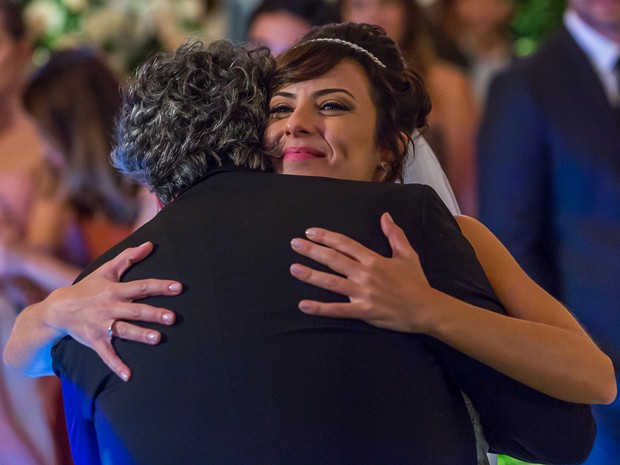 José Alfredo dá um abraço carinhoso na filha (Foto: Artur Meninea/GShow)