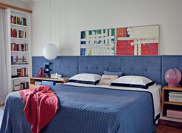 quarto-arquiteto-gustavo-calazans-azul-criado-mudo-estante-quadro-cabeceira-ultrasuede (Foto: Lufe Gomes e Victor Affaro/Editora Globo)