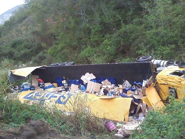 Segundo polícia, motorista perdeu controle do veículo, que tombou. (Foto: Blog Marcos Frahm )