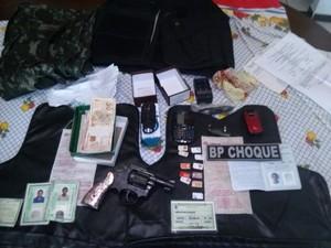Foram apreendidas drogas, uma arma, um colete da PRF e dinheiro fracionado (Foto: Divulgação/BPChoque)