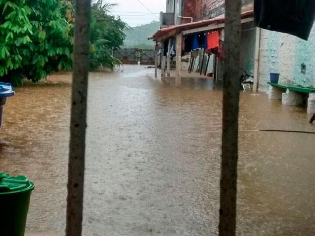 Moradores de Santo Amaro estão ilhados por conta da chuva que atingiu a cidade. (Foto: Magno Araújo/Maru Maru notícias)
