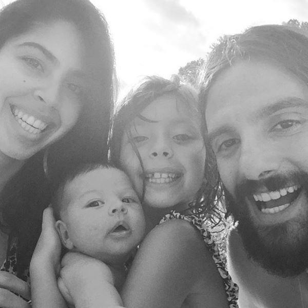 Bela Gil com os filhos, Flor e Nino, e o marido, JP Demasi (Foto: Reprodução/Instagram)