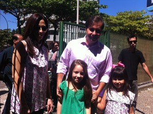 Rodrigo Maia chegou com a mulher e as filhas para votar (Foto: Lilian Quaino/G1)