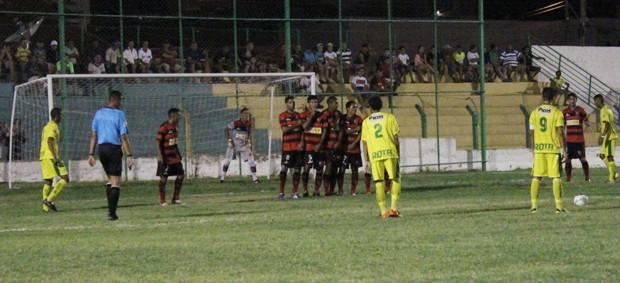 Sem marcar há um mês, Raphael Freitas se prepara para bater falta contra o Flamengo-PI (Foto: Flávio Meireles)