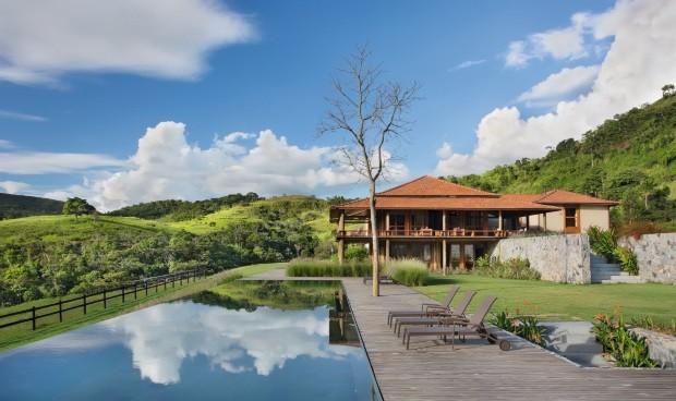 A piscina de borda transbordante é revestida de pedra ardósia, da Casa da Ardósia, e fica no nível do subsolo da casa principal (Foto: MCA Estúdio / Editora Globo)