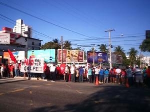 Faixa com os dizeres 'Não vai ter golpe' é usada em protesto na capital potiguar (Foto: Bessie Cavalcanti/Inter TV Cabugi)