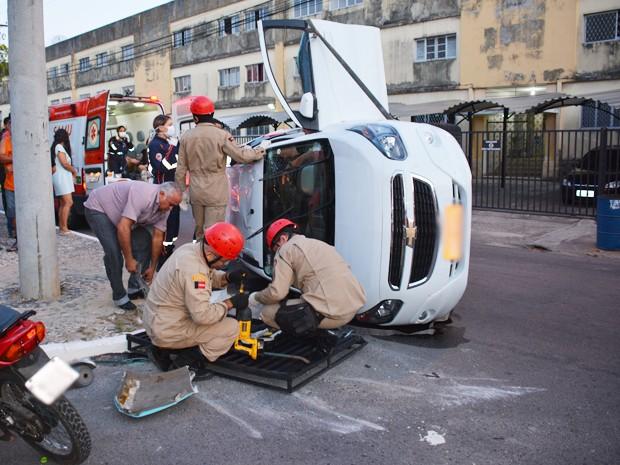 Corpo de Bombeiros ajudou no resgate das vítimas quebrando o para-brisas do táxi envolvido no acidente em João Pessoa (Foto: Walter Paparazzo/G1)