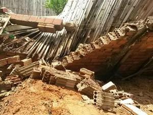 Chuva derrubou muro de terreno da prefeitura no Jd. Maricota (Foto: Lucas Cerejo/ TV TEM)