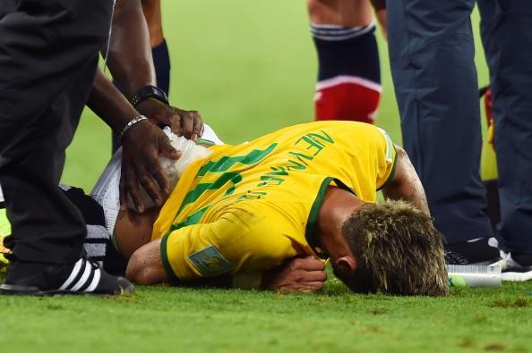 Neymar sofreu uma falta no final do 2º tempo contra a Colômbia que o deixou com uma fratura na vértebra (Foto: Getty Images)