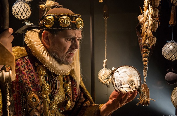 Celso Frateschi vive Próspero, um duque usurpado de seu poder pelo irmão (Foto: João Caldas)