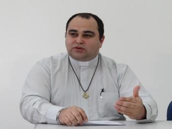 Padre Miguel Batista ressalta que estatutos é que definem se túmulos podem ser vendidos. (Foto: Katherine Coutinho / G1)