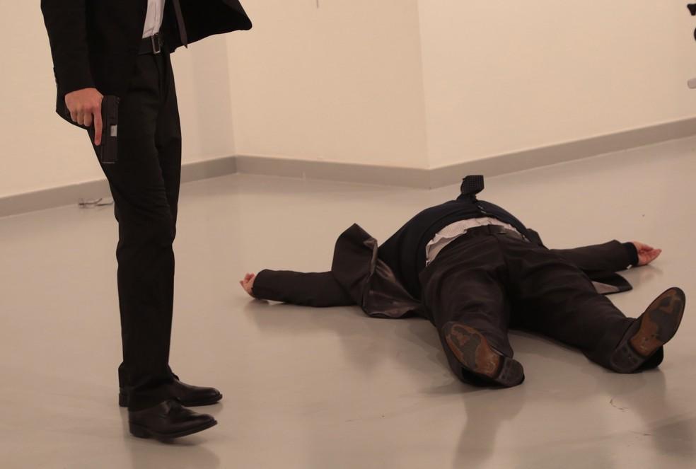 Homem armado atirou contra o embaixador russo na Turquia  (Foto: Burhan Ozbilici/AP Photo)