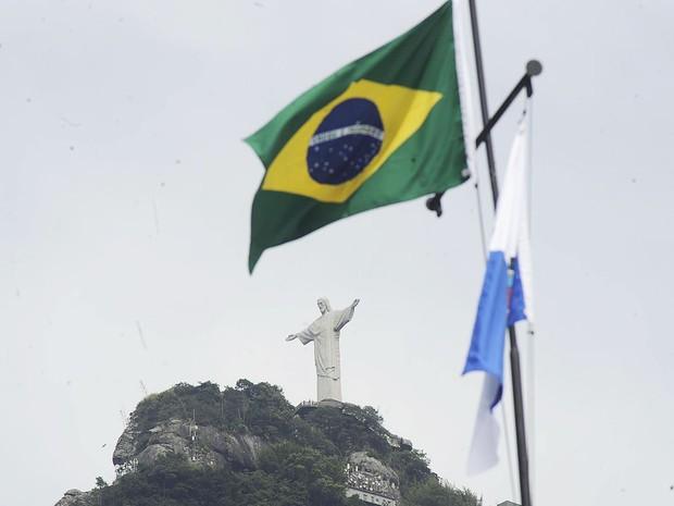 Bandeiras do Brasil e do Rio de Janeiro são hasteadas pelo Bope após operação de ocupação, no alto da comunidade Cerro-Corá, no Cosme Velho, Rio de Janeiro. (Foto: Fábio Teixeira/Parceiro/Agência O Globo)