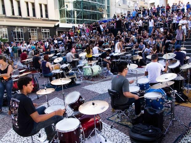 Orquestra de baterias se reune neste domingo para tocar clássicos do rock (Foto: Divulgação)