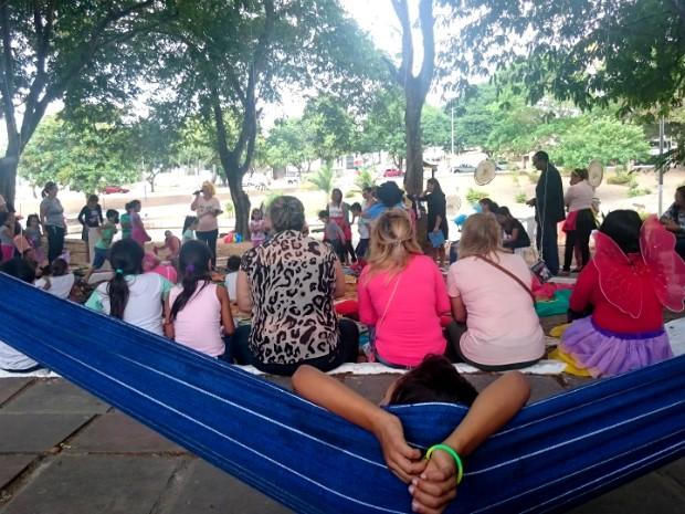 Embalados pela Leitura reuniu crianças na praça Floriano Peixoto (Foto: Fabiana Figueiredo/G1)